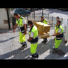 trasporto del reliquiario da parte dei volontari di Protezione Civile